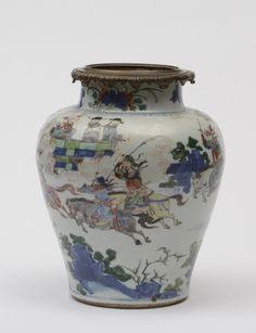 Vase balustre en porcelaine et émaux de la famille verte CHINE XVIIIe siècle  A décor de joutes équestres se déroulant aux abords d'un palais.  H: 30.0 cm Adjugé: 2300 €
