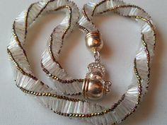 collier blanc tissé à l'aiguille ,forme torsadé. : Collier par angeludic