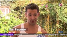en esta imagen vemos al actor Raul Coronado en un hermoso jardin aparentemente dando una entrevista