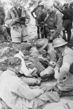 Medics from 5th ( NZ ) Field Ambulance treat wounded German Paratroops captured on Crete ,  May 1941 .