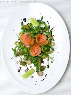 Smoked salmon salad - Beautiful!!      80 g sliced ​​smoked salmon      1 tablespoon olive oil      1 tablespoon balsamic sauce      a handful of arugula      3 oblong green cucumber slices      Spoon mini pickles      6 green olives      1 teaspoon small capers      2-3 capers apple      freshly ground pepper      1/2 lime