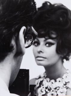 TAZIO SECCHIAROLI (1925-1988) <br>Richard Avedon fotografa Sophia Loren<br>1966<br>stampa successiva ai sali d'argento<br>40 5X30 5 cm<br>sul retro: timbro di Tazio Secchiaroli<br><br>Richard Avedon fotografa Sophia Loren<br>1966<br>later silver print<br>15 94x12 in<br>on the reverse: stamp of Tazio Secchiaroli