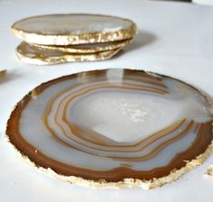 DIY Gold Leaf Agate Coasters via Bliss at Home KZnote: I have thunder agate slices. Adding the gold leaf would just add to the beauty. Gold Diy, Diy Projects To Try, Craft Projects, Craft Ideas, Decor Ideas, Feuille D'or, Agate Coasters, Diy Coasters, Creation Deco