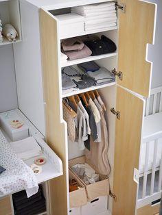 De perfecte kast voor de babykamer | IKEA IKEAnl IKEAnederland wooninspiratie inspiratie interieur wooninterieur opbergen opbergen kinderkamer kinderen baby STUVA kast garderobekast kledingkast planken hanggedeelte wit berken