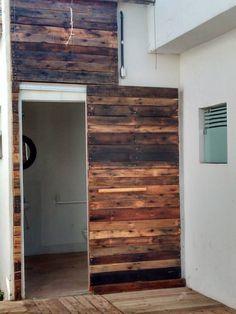 Porta feita com pallets, criada pelo designer Paulo Botelho