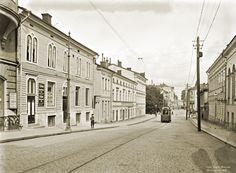 Unioninkadulla kulkee raitiovaunu kohti Havis-Amandan uutta patsasta. Signe Brander 1907.