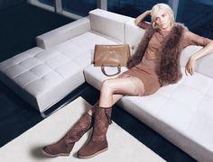 Twin Set introduce le novità della sua collezione di abbigliamento per l'autunno inverno 2014 2015, una linea sofisticata e molto femminile in cui troverete capi fashion in coordinato con le borse e le scarpe della linea. La collezione Twin Set propone capispalla in diverse forme, cappotti, cardigan, giacche e pellicciotti da abbinare ai capi di maglieria della proposta, ai pantaloni a palazzo o aderenti, ai minidress e agli abiti lunghi firmati Twin Set.