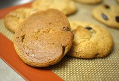 Can use any type of nut butter and coconut sugar PERFECT Peanut Butter Chocolate Chip Cookies. Calling for just 5 ingredients, they are flourless and naturally sweetened with honey! Gluten Free Sweets, Paleo Dessert, Healthy Sweets, Vegan Desserts, Just Desserts, Delicious Desserts, Dessert Recipes, Peanut Butter Chip Cookies, Flourless Peanut Butter Cookies