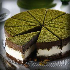 Kafelerde ve pastanelerde sürekli gördüğünüz Fıstık Rüyası pastasını evinizde yapabilmeniz için paylaşacağım.