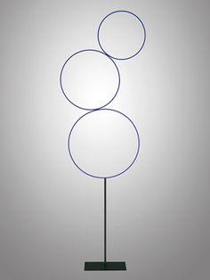De Sorry Giotto lampen zijn verfijnde lichtsculpturen, bestaande uit met de hand beschilderde koperen ringen. Aan de achterzijde van de ring bevinden zich ledla
