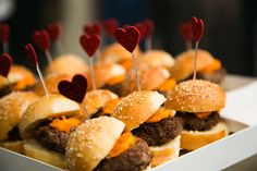 Personalize o cardápio com mini hamburger Brunch Wedding, Wedding Catering, Wedding Reception, Party Decoration, Reception Decorations, Night Snacks, Catering Display, Clean Eating Snacks, Dessert Table