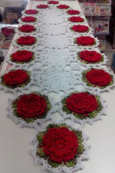 Diy Crafts - Gorgeous Doesnt Look Like Patterns Crochet Kitchen, Crochet Home, Diy Crochet, Crochet Table Runner Pattern, Crochet Tablecloth, Crochet Dollies, Crochet Potholders, Crochet Flower Patterns, Crochet Flowers