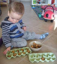 De noten en eier dozen zijn geschikt voor in een speldoos te stoppen. Het kind kan heel veel verschillende handelingen uit voeren met dit materiaal( de noten in de dozen steken, ze er uit doen...)