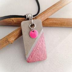 Collier en suédine noire pendentif en béton rectangulaire, collier rose et gris, bijoux béton.