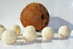 Rýchla sladká pochúťka napríklad aj na Veľkú noc či Vianoce. Domáce raffaello kokosové guľky v ich zdravej alternatíve. Hotové za 20 minút! Healthy Cookies, Muffin, Breakfast, Sweet, Food, Raffaello, Morning Coffee, Candy, Healthy Biscuits