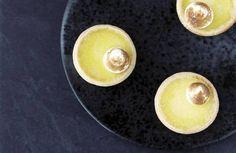 Nybagt. Citrontærten ses alt for sjældent nybagt og brandvarm. - Foto: Maja Ambeck Vase