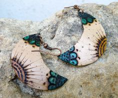 Totumo handmade earrings - moon shaped, for bone earrings? Fimo Clay, Polymer Clay Projects, Polymer Clay Earrings, Handmade Beads, Earrings Handmade, Handmade Jewelry, Jewelry Design Earrings, Jewellery, How To Make Beads