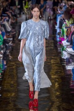 Stella McCartney Fall 2018 Ready-to-Wear Fashion Show Collection: See the complete Stella McCartney Fall 2018 Ready-to-Wear collection. Look 20 Autumn Fashion 2018, Spring Summer Fashion, Runway Fashion, High Fashion, Womens Fashion, Paris Fashion, Stella Mccartney Dresses, Fall Lookbook, Vogue Russia