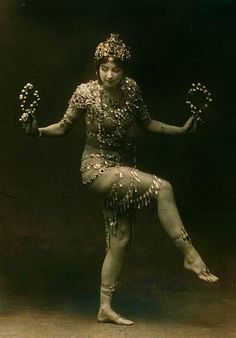 Ruth St Denis January 20 1879 July 21 1968 was an American modern dance pioneer introducing eastern ideas into the art She was the cofounder of the Modern Dance, Shall We Dance, Just Dance, Vintage Photographs, Vintage Photos, Burlesque Vintage, Ballet Russe, Style Oriental, Isadora Duncan