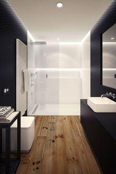 Une petite salle de bain avec du parquet massif au sol