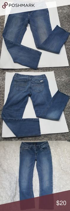 """White House Black Market Frayed Hem Cropped Jeans In very  good condition cropped jeans.   Inseam APROX 26"""" MODEL pic is for fashion inspiration White House Black Market Jeans Ankle & Cropped"""
