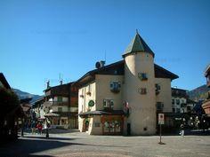 Megève: Piazza del paese (stazione di sport invernali ed estivi), case, case e negozi - France-Voyage.com