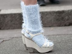 Channel your spring look with pastel ankle socks and white platform shoes Socks And Sandals, White Sandals, Cool Street Fashion, Paris Fashion, Street Chic, Fall Fashion Week, Autumn Fashion, White Platform Shoes, Autumn Street Style