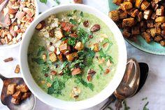 Broccolisoppa med tofukrutonger | Kung Markatta - kungen av ekologiskt En broccolisoppa som du snabbt kan koka ihop på kvällen och som räcker till flera lunchlådor. Den lena soppan kompletteras med knapriga tofukrutonger och saltrostade mandlar. Men en stor skopa råris i mättar den fint också. Prova gärna att byta ut den marinerade tofun mot chilitofu för extra hetta.