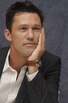 Jeffrey Donovan, the only reason I watch Burn Notice