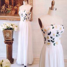 Alexandréa  8 nouveautés ! Disponible au / Available on www.1861.ca Découvrez notre nouvelle boutique soeur @boudoir1861 / Discover our new bridal boutique #boutique1861 #weddingdress #boudoir1861 #bridetobe #vintagewedding #lacedress #romanticdress #promdress #lacedetails #prom2016 #weddinginspiration #mtlmoments #floraldress #strapless by boutique1861