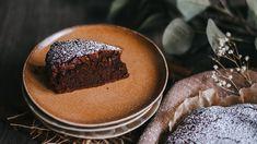 Así mismo como lo lees, esta es la receta para hacer un bizcocho de chocolate sin harina y con solo dos ingredientes que casi siempre tienes a mano. Toma nota. Chocolat Lindt, Liqueur, Tiramisu, Muffin, Cooking Recipes, Pudding, Breakfast, Ethnic Recipes, Food