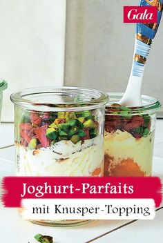 Joghurt-Parfaits zum Frühstück oder doch lieber als Dessert? Sie müssen sich nicht entscheiden: Halbgefrorenes mit Knusper-Topping schmeckt immer Parfait, Keto, Beauty Shop, Oatmeal, Breakfast, Desserts, Yogurt, Finger Foods, Cakes