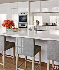 A Magical Retreat in the Hamptons Photos Bright Kitchens, Home Kitchens, Modern Kitchens, Kitchen Interior, Kitchen Decor, Kitchen Ideas, Kitchen Designs, Kitchen Tools, High Back Bar Stools