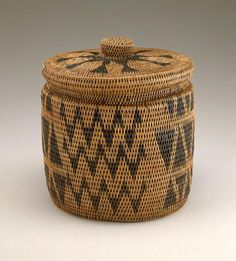 Africa | Basket with lid from the Lozi people of Zambia | Plant fiber and natural dyes | ca. 1900
