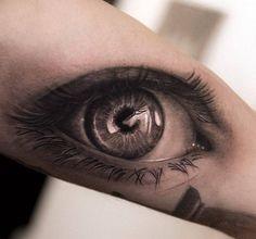 Настоящий глаз на руке