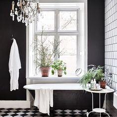 Fixa badrummet utan att renovera!  Vi listar 6 smarta tips på elledecoration.se (länk i profil). Foto: @andrea_papini , styling: Emma Persson Lagerberg. #elledecorationse #interior #badrum