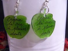 "Boucles d'oreilles en plastique fou; forme ""pomme"" : Boucles d'oreille par fee-cali Diy Boucle D'oreille, Pet Plastic Bottles, Shrink Art, Shrinky Dinks, Shrink Plastic, Projects To Try, Creations, Arts And Crafts, Etsy"