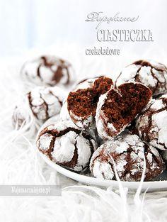 Popękane ciasteczka czekoladowe kojarzą mi się z zaśnieżoną pustynią. ciasteczka są bardzo smaczne i łatwe w przygotowaniu.