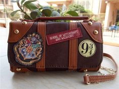 New Harry Potter Hogwarts PU School Badge Wallet Bag Package Christmas Gift Sac Harry Potter, Harry Potter Hogwarts, Slytherin Pride, Mini Handbags, Satchel Handbags, The Sims, Fashion Kids, Winter Fashion, Badge Wallet