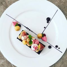 Food art // Squaring off a circle dish Kreative Desserts, Food Plating Techniques, Weight Watcher Desserts, Dessert Presentation, Fancy Desserts, Food Decoration, Culinary Arts, Plated Desserts, Creative Food