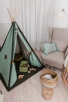Ob für Mädchen oder für Jungen, zum Spielen oder als Kuschelecke - ein Tipi ist immer eine gute Idee!  Es lässt sich mit Lichterketten✨, Wimpelketten, Mobiles oder sogar Blumengirlanden schmücken und immer wieder verändern. Hanging Chair, Mobiles, Toddler Bed, Furniture, Home Decor, Kid Furniture, Teepee Tent, Twinkle Lights, Outdoor Camping