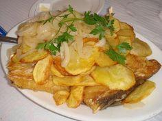 - 4 postas altas de bacalhau (já demolhado) - colorau e pimenta - óleo - 6 batatas - 4 cebolas - 8 dentes de alho - 1,5 dl de azeite - azei...