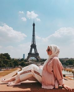 Image may contain: 1 person, sky, cloud, shoes and outdoor Abaya Fashion, Muslim Fashion, Modest Fashion, Hijab Style, Hijab Chic, Hijab Trends, Hijab Fashionista, Modern Hijab, Muslim Hijab