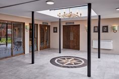 Kings Court Hotel, entrance, hall, skylight, decorative lighting, floor decoration