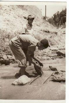 Buscadores de oro en el Río Darro a su paso por la capital granadina. 22/07/1948 Torres Molina/Archivo de IDEAL