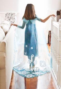 Llega Halloween y queremos hacerle los disfraces a las nenas de la casa, la princesa Elsa de Frozen es la más solicitada, por ello presentamos como hacer la capa de Elsa de Frozen SIN COSER! Materiales necesarios:  Gasa celeste  Papel hoja A4  vela  Patron o Molde  Velcro un cuadradito  Pegamento para tela.   PASO A PASO:  Realizar el patrón: Se debe tomar la medida de la nena desde el hombro hasta el suelo, a esta medida agregarle 50 cm más.