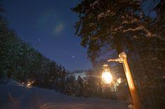 Romantik pur: 40 Laternen weisen zusammen mit den Sternen den Weg durch die verschneite Winterlandschaft auf dem «Steene ond Lateene Weg». Snow, Celestial, Sunset, Outdoor, Winter Landscape, Lanterns, Tourism, Sunsets, Outdoors