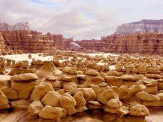 Goblin Valley, UT / Más info http://101lugaresincreibles.com/2012/09/el-valle-de-los-setas-gigantes-en-estados-unidos-goblin-valley.html