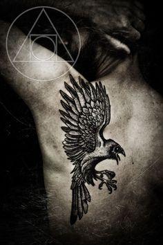 Le corbeau : un symbole viking fort en guise tatouage dans 20 motifs de l'art du tatouage viking pour homme par le créateur danois Peter Walrus Madsen