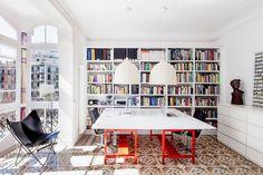 Décor do dia: cor na biblioteca Apartamento espanhol tem ambiente moderno